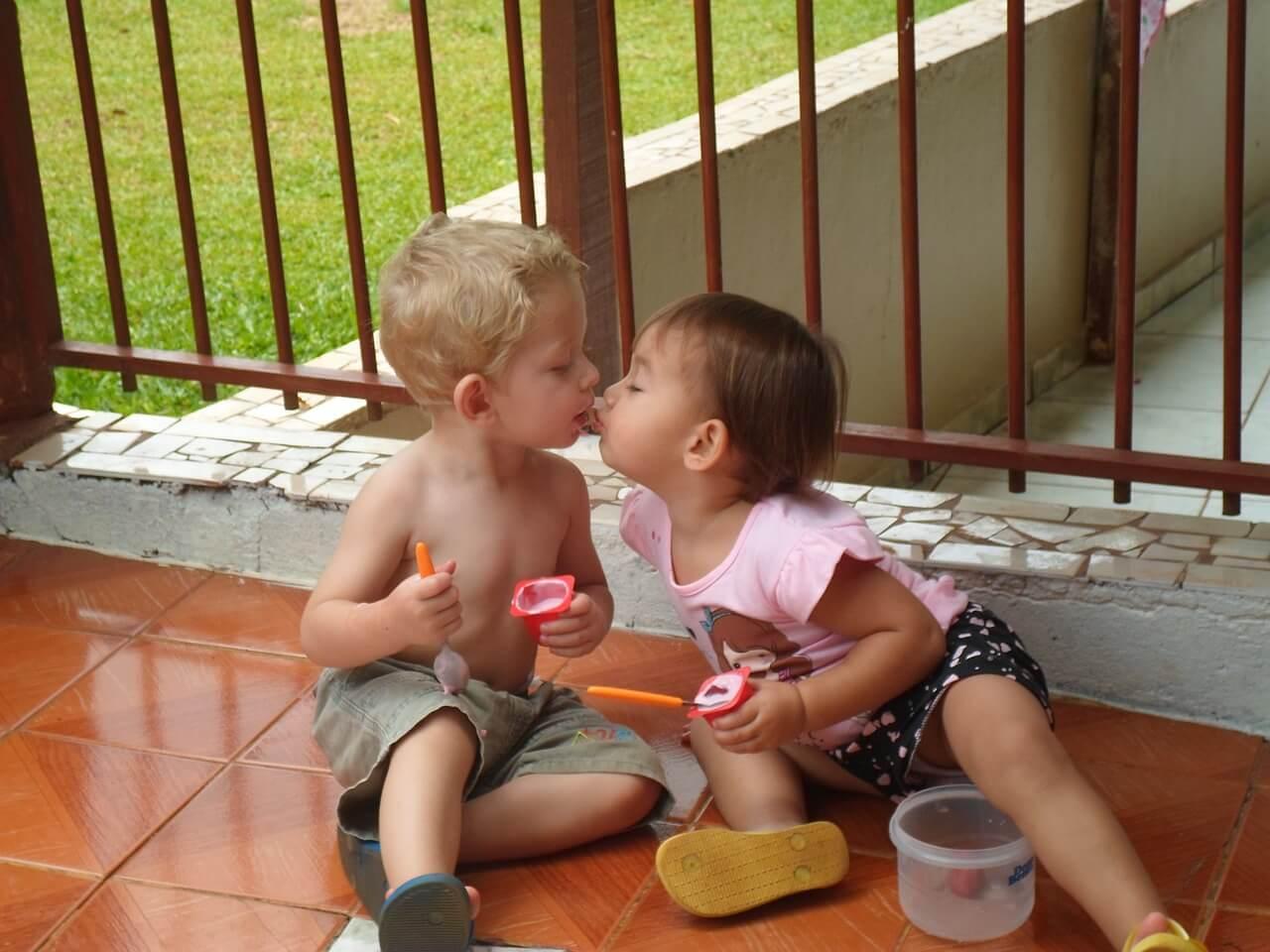 Frauen und der erste Kuss beim Date