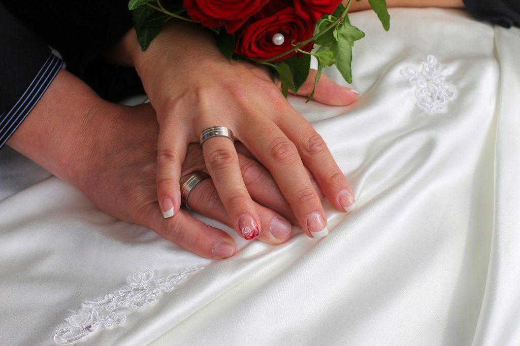 Wo trägt man den Ehering – links oder rechts?