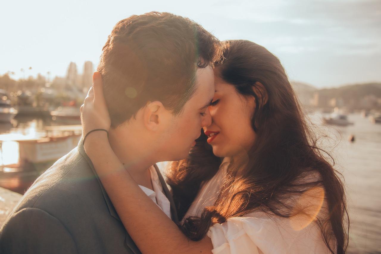 Signale der frau zum küssen