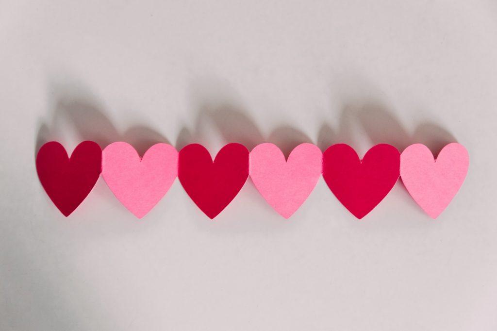 """Mit dem perfekten Partner kannst du über alles reden, du verbringst sehr viel Zeit mit ihm, kannst dich an seine Schulter lehnen und hast immer Halt, hört sich das für dich bekannt an? So kann man auch einen besten Freund beschreiben oder nicht? Es kann schnell passieren, dass man sich in den besten Freund oder die beste Freundin verliebt, einfach weil die Beziehung schon so innig ist, aber kann daraus wirklich eine Beziehung entstehen? Dieser Frage gehen wir in diesem Artikel auf den Grund! <h2>Friendzone oder große Liebe?</h2> Wenn in einer Freundschaft sich plötzlich Gefühle entwickeln, dann kann es nur zwei Wege geben, wie sich diese Situation entwickelt. Die eine Möglichkeit ist, dass die andere Person leider nicht so fühlt wie du und dich in die """"Friendzone"""" steckt. Mehr über die Friendzone und wie du mit ihr umgehst, erfährst du in diesem Artikel. Die andere Möglichkeit ist, dass aus euch ein Paar wird und wenn das passieren sollte, dann habt ihr bereits eine sehr gute Basis für eine langanhaltende und vor allem glückliche Beziehung. Denn ihr kennt euch bereits schon sehr gut, geht vernünftig miteinander um und könnt offen über eure Gedanken und Gefühle sprechen. Ihr hattet somit schon vorher eine Art Beziehung, nur das nun der körperliche Aspekt hinzu kommt. <img class=""""aligncenter wp-image-8606 size-large"""" src=""""https://www.singlely.net/wp-content/uploads/2019/03/Koennen-aus-besten-Freunden-ein-Paar-werden-singlely.net_-1024x682.jpg"""" alt=""""Freund - Beste Freunde als Paar - geht das? - singlely.net"""" width=""""1024"""" height=""""682"""" /> <h2>So erkennst du, ob mehr aus der Freundschaft werden kann:</h2> Manchmal kann es schwer sein zu erkennen, ob die andere Person auch auf der gleichen Wellenlänge ist und ebenfalls nach einer Beziehung sucht oder dich eher als Freund oder Freundin sieht. Aus diesem Grund haben wir die hier die Top Anzeichen gesammelt, wie du erkennst, ob dein Gegenüber an einer Beziehung interessiert ist. <h3>1. Ihr kommt euch näher</h3> Wie ist es wen"""